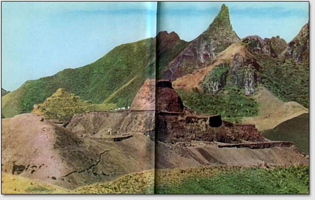 Раскопки одного из гигантских сооружений, находящихся на острове Рапа-Ити возле деревни Моронга Ута (фото из книги Тур Хейердала Аку Аку).