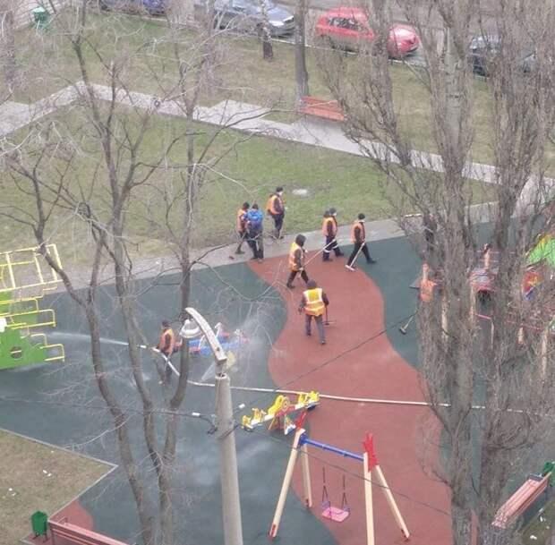 Коммунальщики района Лефортово проводят дезинфекцию детских площадок каждый день