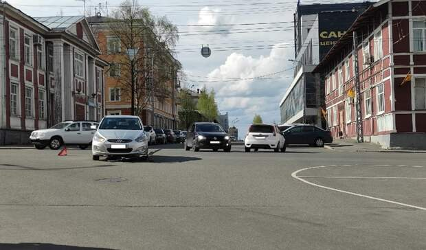 Велосипедист перелетел через автомобиль после ДТП вцентре Петрозаводска