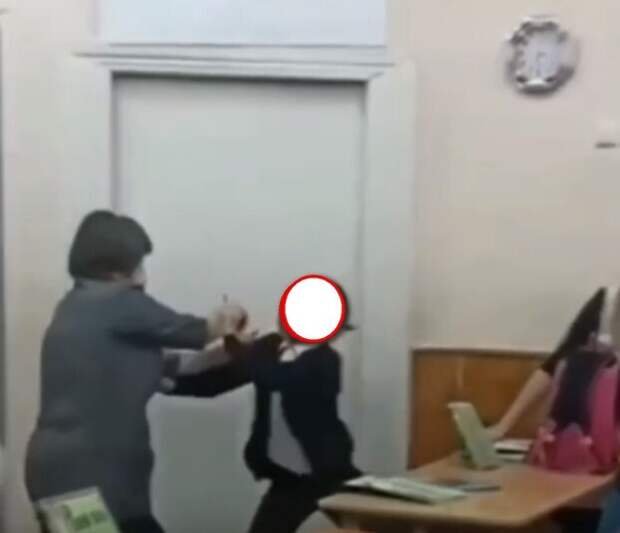 """Скандал на уроке: """"Ты совсем ...! А ну пошла отсюда, училка..."""""""