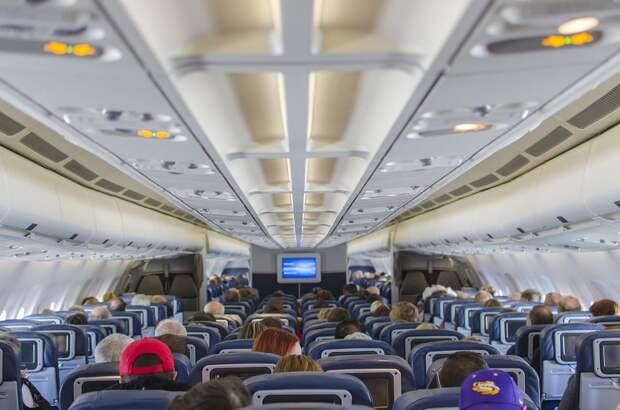 Пассажир самолета посреди полета пытался открыть аварийный выход