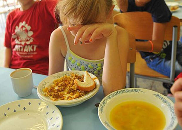 В Крыму руководители детсада и школы кормили детей «запрещенными» продуктами