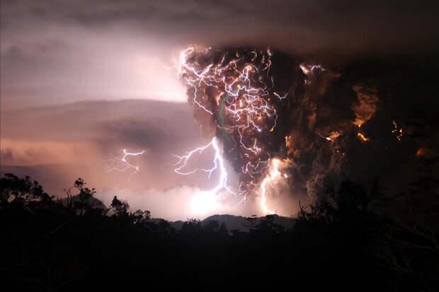 Молнии во время извержения вулкана. (Paul Kim)