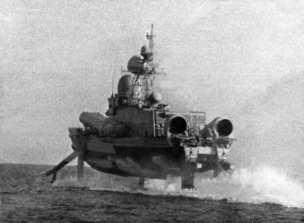 Корабль с гигантскими подводными крыльями