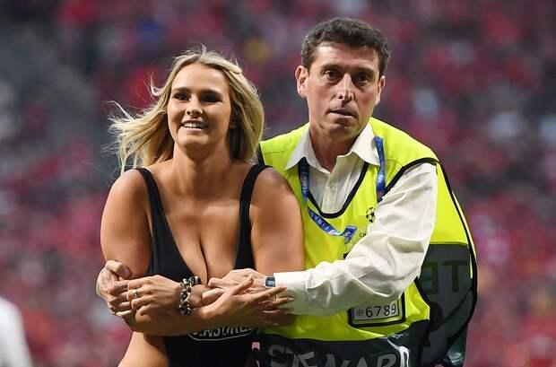 Девушка вкупальнике прервала финал Лиги чемпионов, прорвавшись наполе