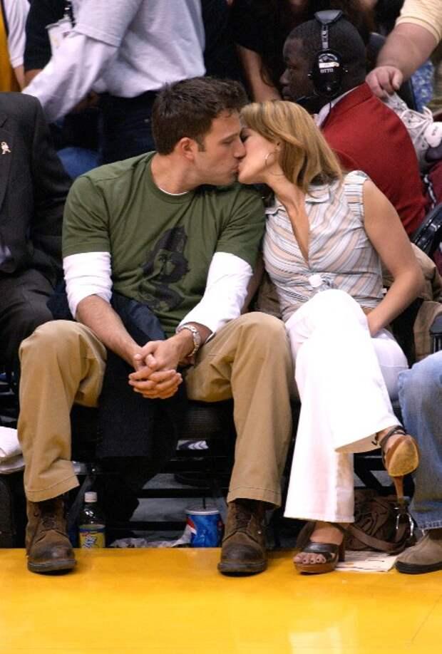 Дженнифер Лопес и Бен Аффлек впервые поцеловались на публике после слухов о воссоединении