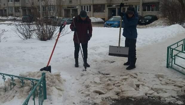 В поселке Дубровицы приступили к уборке дорог и тротуаров от снега