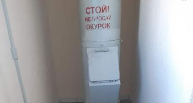 Мусоропровод отмыли в подъезде дома на Новомарьинской улице