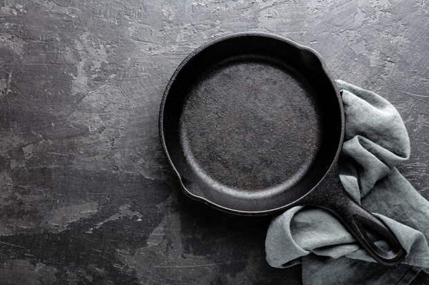 Вот как очистить сковороду от нагара, чтобы она сверкала