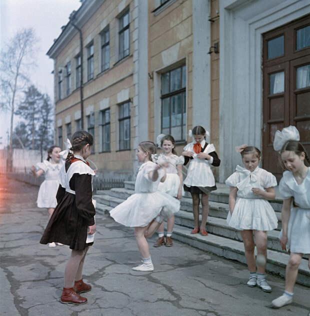 Школьницы во дворе школы