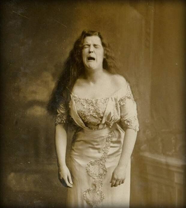 3. Женщина в процессе чихания, снимок 1900 г.