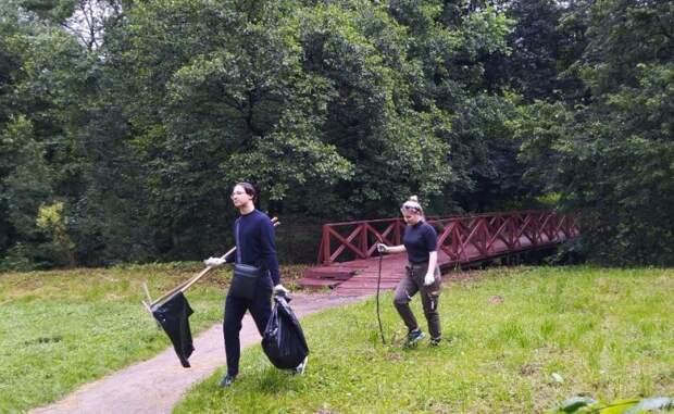 Волонтеры и специалисты прошли вдоль береговой линии пруда и собрали бытовой мусор/ГПБУ «Мосприрода»