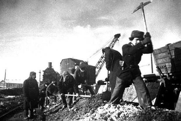 Почему Каганович, проваливший военные распоряжения Сталина, не подвергся репрессиям
