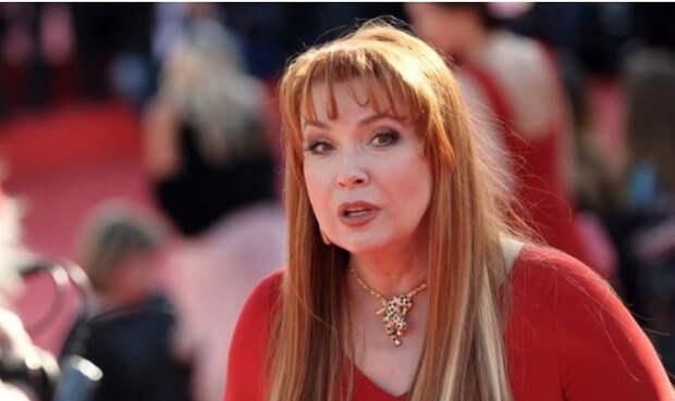 Актриса Сотникова расплакалась во время прощания с покойным Мягковым
