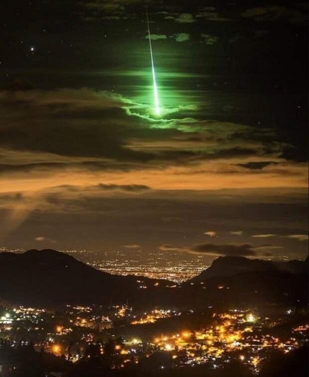 Потрясающий ярко-зеленый метеор удалось снять в Индии
