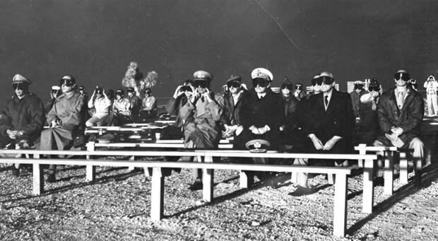 Наблюдатели НАТО следят за детонацией в ходе операции Plumbbob Boltzmann 28 мая 1957 года.