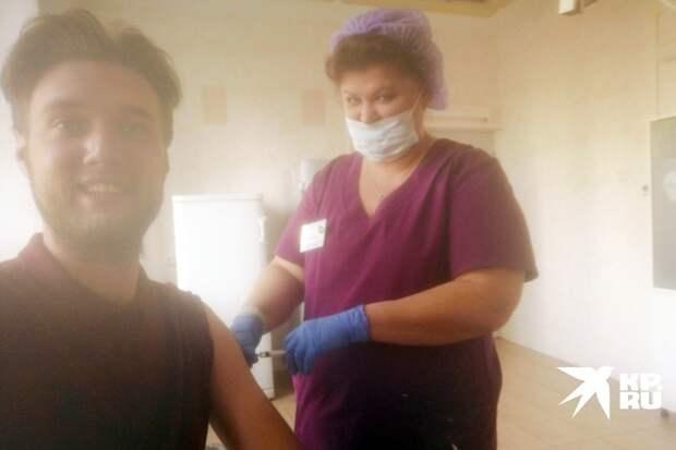 Медсестра смущенно улыбнулось под маской и ввела иглу в плечо