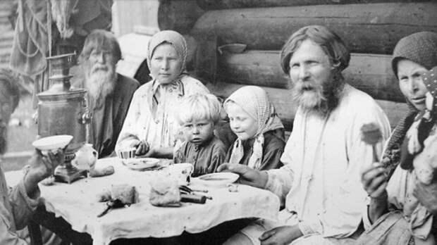 Крестьянская семья за столом