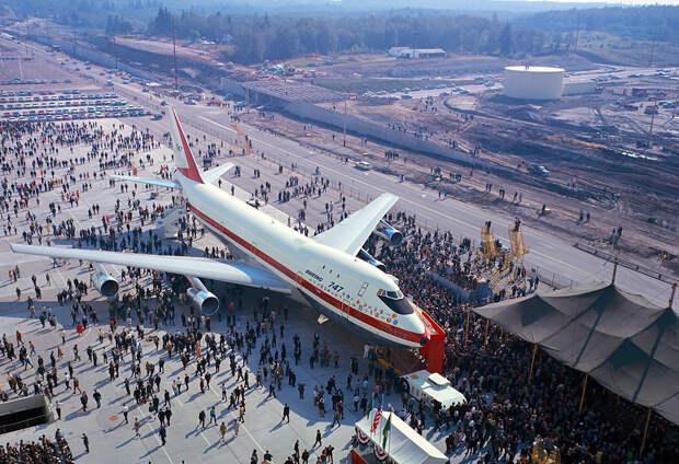 Первая выкатка Boeing-747-100 на заводе в Эверетте, 30 сентября 1968 года. Фото: архив Boeing