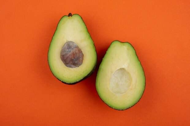 top-view-healthy-fresh-delicious-avocado-orange-surface-1024x683 Авокадо из косточки: растим дома