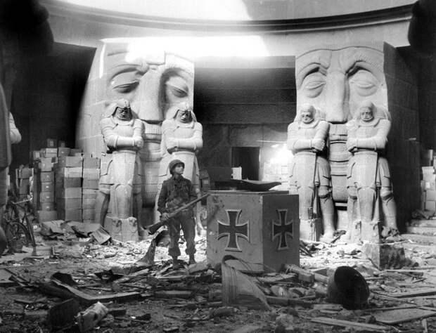 Американский солдат у монумента Битвы Наций в Лейпциге.