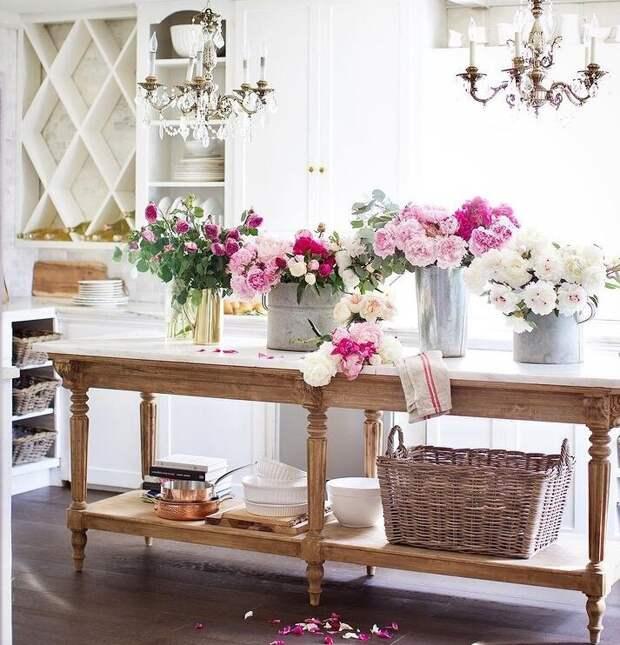 """Кухню Кортни называет """"цветочной комнатой"""", все потому, что здесь она занимается цветами, составляет букеты. Каждый день на ее кухне можно увидеть свежесрезанные цветы из сада. Для статьи использованы фотографии из Инстаграм-аккаунта Кортни @frenchcountrycottage и сайта frenchcountrycottage.net"""