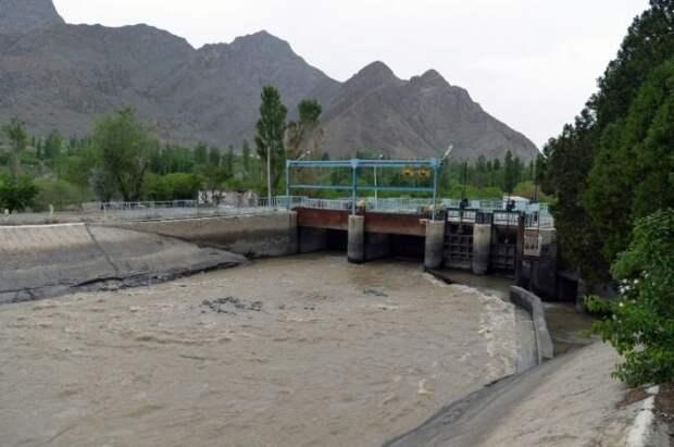 Глава Киргизии поручил модернизировать водозабор на границе с Таджикистаном