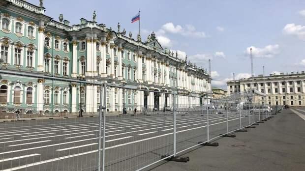 Дворцовую площадь огородили в преддверии Дня города