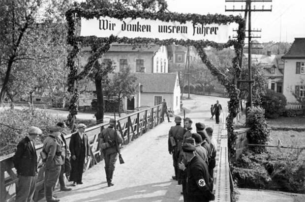 Граница Германии и Чехии, приветственный плакат: «Мы благодарны нашему Вождю». 7 октября 1938 года.