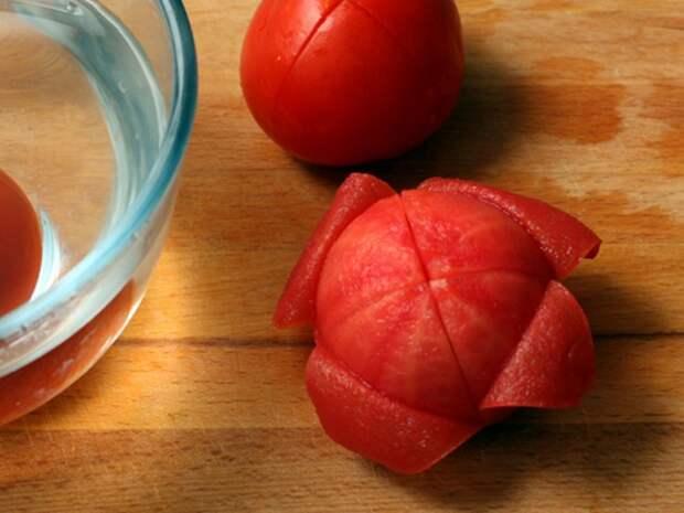 Кожура хорошо снимается с помидор, если обдать их кипятком. / Фото: asienda.ru