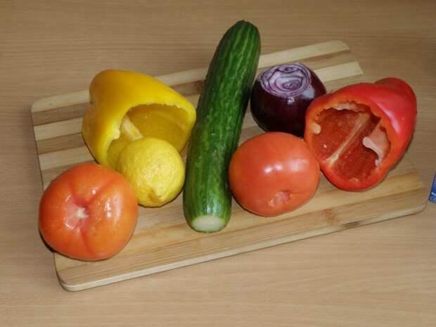 Овощи помыть, перец освободить от семян. пошаговое фото этапа приготовления греческого салата