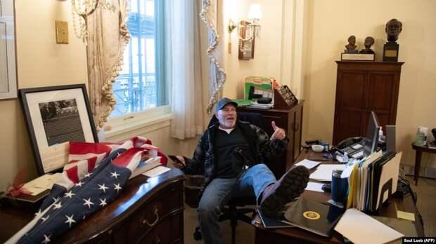 На изображении может находиться: 1 человек, сидит, гостиная, стол и в помещении