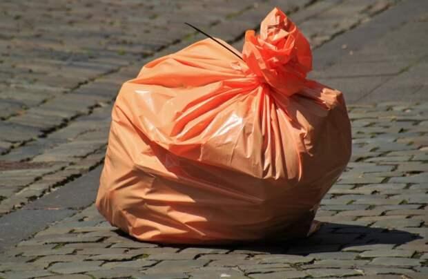 С тротуара на Дубнинской убрали мусор