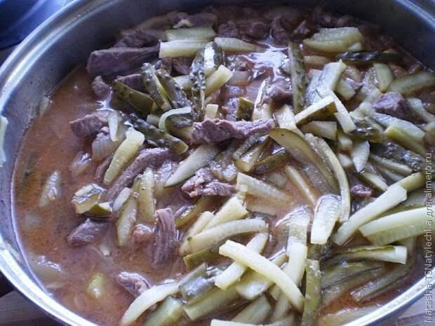 Говядина в остром соусе с маринованными огурцами