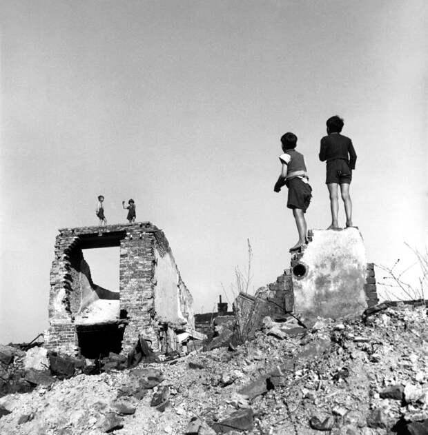 Австрия, Вена, 1948 год - Мальчики играют среди разбомбленных зданий