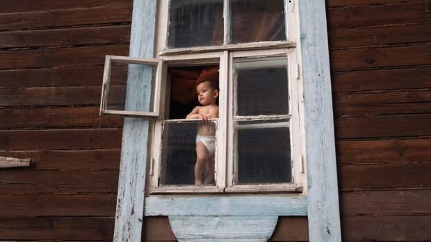 В Пензе ребенок оперся на москитную сетку и выпал из окна