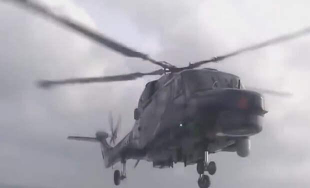 Посадил вертолет на палубу