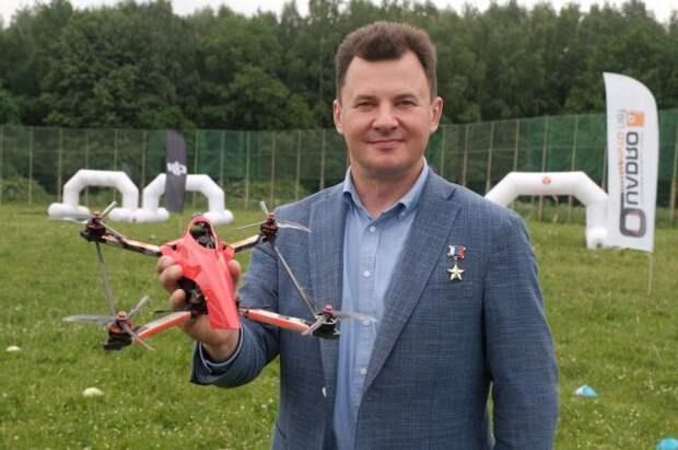 Роман Романенко запустил дрон с надписью «Россия – страна первых»