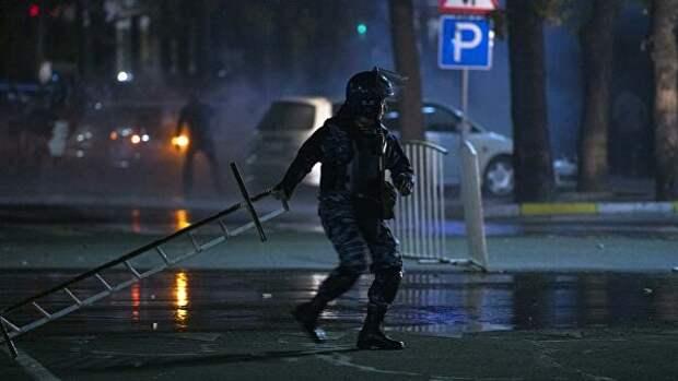 Сотрудник правоохранительных органов во время акции протеста в Бишкеке. Протестующие требуют аннулировать итоги парламентских выборов