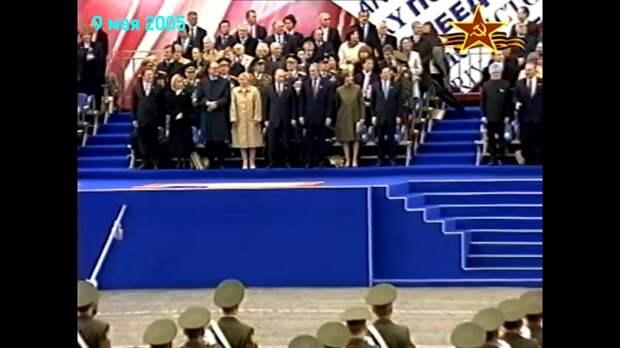парад 2005 . Мой скрин. Смотрите на высоту подиума и количество людей рядом с президентом. По левую сторону от Путина стоит Буш.