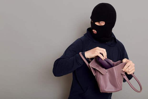 70-летняя москвичка отбилась от грабителя, пытавшегося отобрать сумку