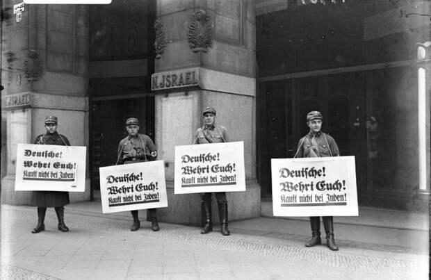 Bundesarchiv_Bild_102-14469,_Berlin,_Boykott-Posten_vor_jüdischem_Warenhaus