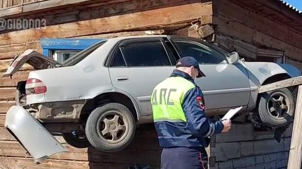 Автомобиль врезался в жилой дом в Бурятии и застрял в нем