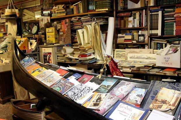 В Венеции даже книги – в гондолах: оригинальная книжная лавка