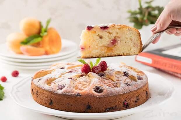 Заливной пирог с абрикосами и чёрной смородиной. Ароматный и вкусный десерт для всей семьи 2