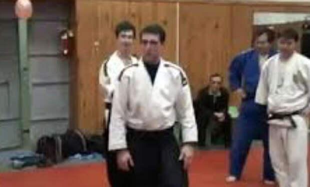 Мастер айкидо пришел показать свою силу в зал и столкнулся с матерым спецназовцем