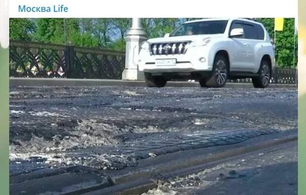 Из-за жары на Лефортовском мосту выгнуло рельсы