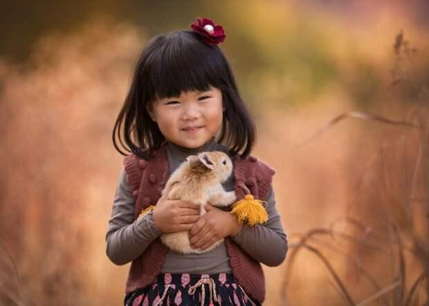 Маленькие ребятки и пушистые зверятки: волшебные фото Лизы Холлоуэй