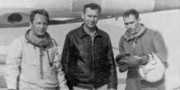 После выполнения разведывательного полёта над территорией Израиля — Н. Стогов, начальник авиаотряда полковник А. Бежевец иН. Борщев