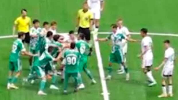 Массовая драка в Грозном: видео. Игрок молодежки «Ахмата» набросился на судью, два игрока «Локо» получили травмы